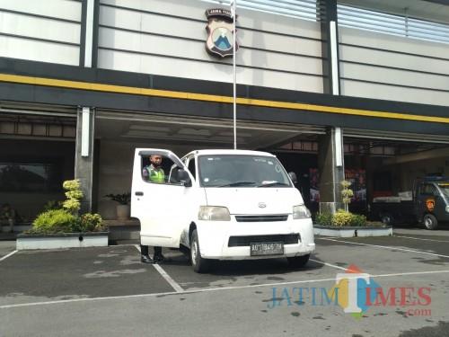 Mobil travel ilegal yang diamankan oleh Polres Tulungagung (Joko Pramono/ JatimTIMES)