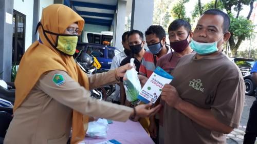 Pemberian paket kesehatan 'personal hygiene' dari Dinas Kesehatan Kota Malang kepada supir angkot di Kota Malang. (Foto: Dokumentasi Dinkes Kota Malang).