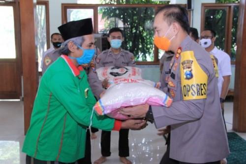Penyerahan paket zakat fitrah pada masyarakat kurang mampu oleh Polres Madiun, Selasa (19/05/2020)