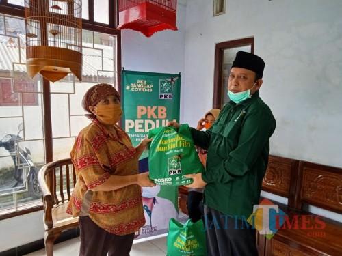Politisi PKB Totok Sugiarto membagika paket sembako kepada warga terdampak Covid-19.(Foto : Aunur Rofiq/BlitarTIMES)