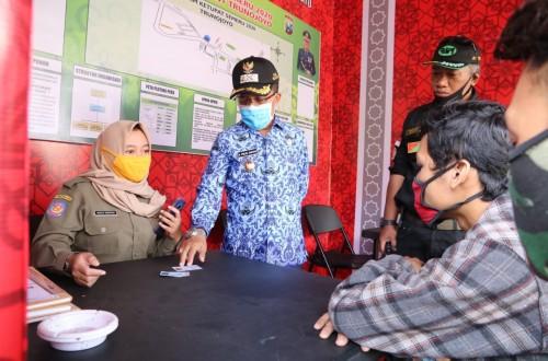Wakil Wali Kota Batu Punjul Santoso saat melihat KTP pengendara yang berbeda KK di pos check point Jalan Trunojoyo. (Foto: Humas Pemkot Batu)