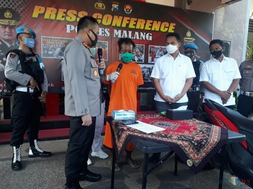 Kapolres Malang AKBP Hendri Umar saat merilis ungkap kasus penipuan dan kemudian membawa kabur sepeda motor ke luar kota di Mapolres Malang, Rabu (13/5/2020). (Foto: Tubagus Achmad/MalangTimes)