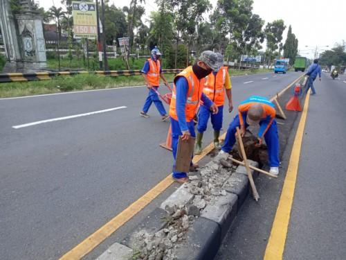 Beberapa petugas saat melakukan  pembongkaran median jalan di depan gerbang pos check point Bakpao Telo Lawang. (Foto: Istimewa)