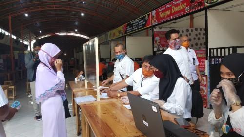 Masyarakat saat antre mengambil bantuan sosial di Kantor Pos Kota Malang beberapa saat lalu (Pipit Anggeaeni/ MalangTIMES).