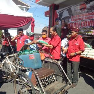 DPC PDIP Lumajang Bagi 2 Ribu Paket Beras Untuk Abang Becak