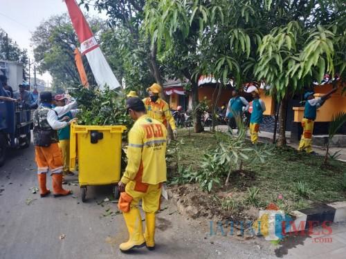 Petugas kebersihan saat melakukan tugasnya (Hendra Saputra)