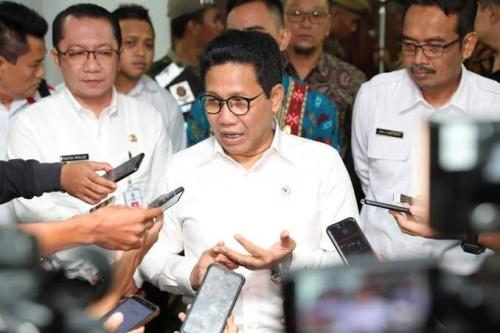 Menteri Desa, Pembangunan Daerah Tertinggal dan Transmigrasi (PDTT) Abdul Halim Iskandar saat memberikan keterangan pada pers. (Foto: Kemendesa.go.id)