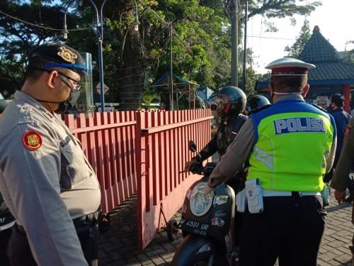 Petugas Check Point saat melakukan pemeriksaan kendaraan saat PSBB (Ist)