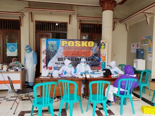 Petugas saat akan melakukan rapid test di Desa Giripurno, Kecamatan Bumiaji. (Foto: istimewa)