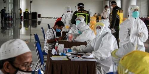 Proses pemeriksaan rapid test dan skrining terhadap TKI (Tenaga Kerja Indonesia) yang baru pulang dari luar negeri di Bandara Juanda. (Foto: Istimewa)