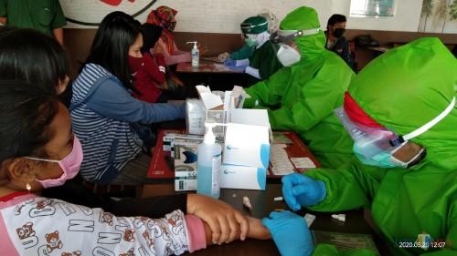 Salah satu pengunjung saat menjalani rapid tes di pusat perbelanjaan (Joko Pramono/ JatimTIMES)