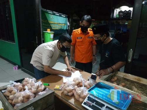 BPBD Jatim Drop Satu Truk Sembako untuk Kampung Tangguh Kedung Baruk