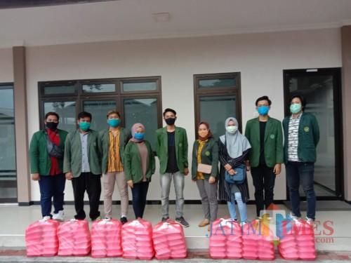 BEM Unisba Blitar aksi sosial berbagi nasi gratis kepada masyarakat.(Foto : Aunur Rofiq/BlitarTIMES)
