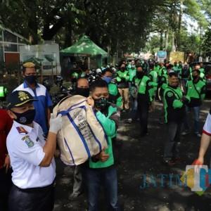 Dishub Jatim Bagi Paket Sembako untuk Driver Ojol di Daerah PSBB