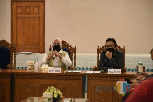 Bupati Jember dr. Faida MMR bersama dengan Kajari Jember, Dr. Prima Idwan Mariza, SH., M.Hum. pada acara FGD (foto : istimewa / Jatim TIMES)
