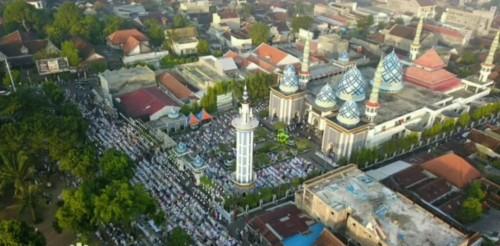 Masjid Besar Agung Baitul Hakim Saat Idul Fitri Tahun Lalu. (Foto: @93fmsuaramadiun)