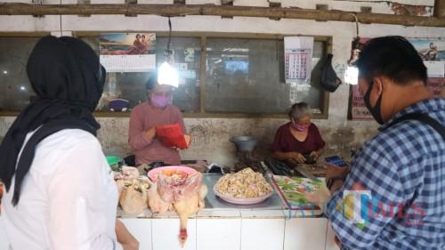 Kios daging ayam di pasar tradisional di Kota Blitar.(Foto : Aunur Rofiq/BlitarTIMES)