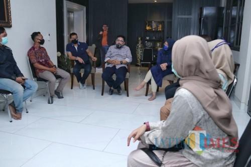 Machfud Arifin bersama para mahasiswa