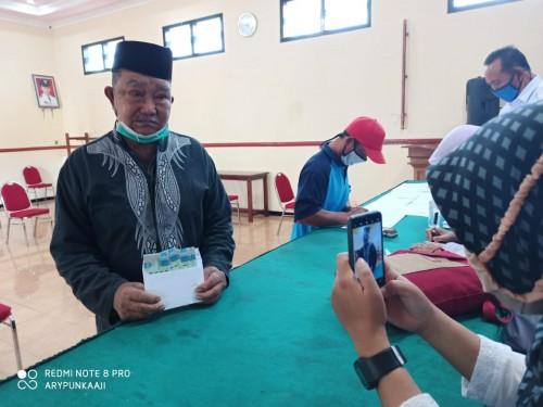 Salah satu warga yang menerima BLT-DS di Desa Sumberejo, Kecamatan Batu. (Foto: istimewa)
