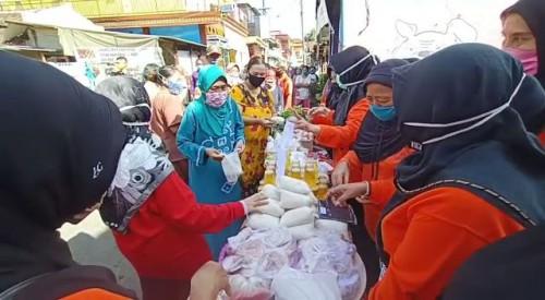Antusiasme warga saat mengambil kebutuhan di Pasar Sedekah Kampung Sanan, Kota Malang, Jumat (22/5). (Foto: Humas Pemkot Malang).
