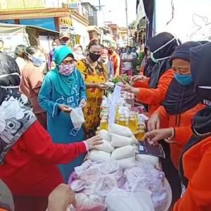 Bung Edi Resmikan Pasar Sedekah Kampung Sanan, Warga Bebas Ambil Gratis