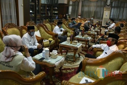 Bupati bersama jajaran Forpimda dan Ormas Keagamaan di Jember saat menggelar pertemuan dalam memutuskan ketentuan salat Id (foto : istimewa / Jatim TIMES)