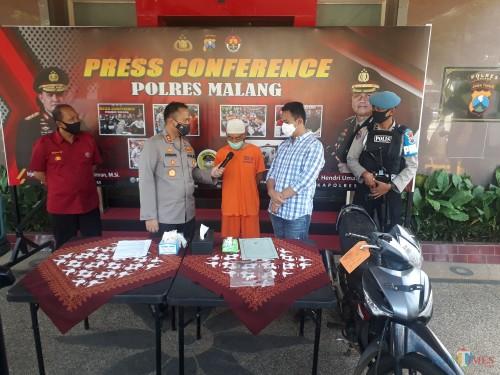 Kapolres Malang AKBP Hendri Umar saat menginterogasi tersangka curat SH (50) beserta barang bukti yang telah diamankan oleh Sat Reskrim Polres Malang, Jumat (22/5/2020). (Foto: Tubagus Achmad/MalangTimes)