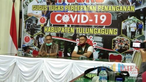 Jubir Gugus Tugas Percepatan Penanganan Covid-19 Tulungagung Bambang Triono (masker hijau). (Joko Pramono for Jatim TIMES)