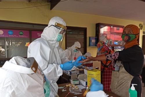 Pedagang pasar saat dilakukan test petugas menggunakan APD di Pasar Besar Kota Batu, Kamis (21/5/2020). (Foto: istimewa)