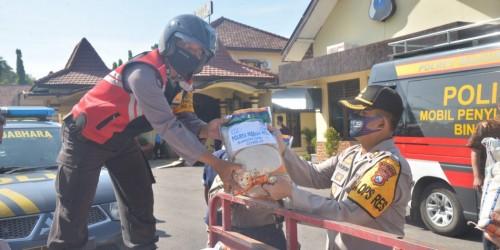 Pemberangkatan bantuan paket sembako dari  Mako Polres Kota Madiun.
