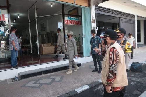 Penindakan kepada toko yang tak patuhi aturan PSBB Malang Raya beberapa aaat lalu (Humas Pemkot Malang).