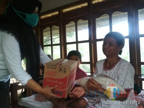 Penyaluran bantuan program sejuta sembako IMR bersama MalangTIMES kepada masyarakat di Malang Raya (Istimewa).