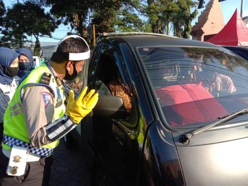 Petugas kepolisian yang tengah memeriksa pengendara. (Ist)