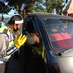 Pemeriksaan PSBB di Pos Check Point, Hal Lucu Ini Sempat Dialami Polisi