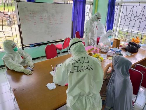 Salah satu tenaga kesehatan menggunakan APD bertuliskan  'Baju Lebaran' di BPP Sisir. (Foto: istimewa)