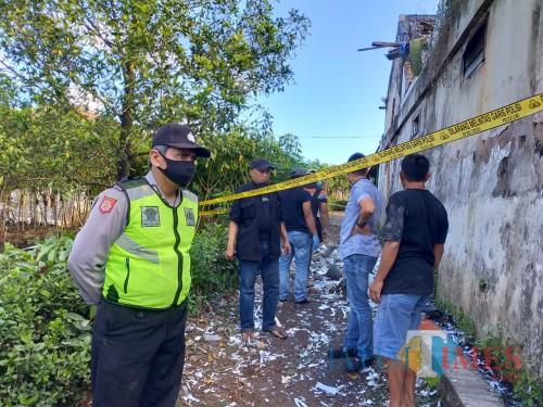Anggota kepolisian saat melakukan olah TKP di lokasi meninggalnya kakek 62 tahun akibat terkena ledakan petasan. (Foto : Polsek Ngajum for MalangTIMES)