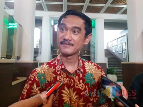 Kabag Humas Pemerintah Kota Malang Nur Widianto saat dikonfirmasi para awak media di Balai Kota Malang. (Foto : Arifina Cahyati Firdausi/MalangTimes)