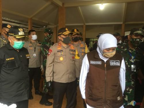 Bupati Malang HM Sanusi (masker hijau) dan Gubernur Jatim, Khofifah Indar Parawansa (kerudung putih) saat mengunjungi kampung tanguh di Kecamatan Wagir (Foto : Ashaq Lupito / MalangTIMES)