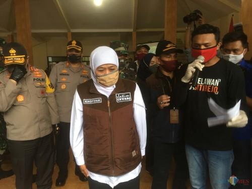Gubernur Jawa Timur, Khofifah Indar Parawansa (kerudung putih) saat mengunjungi Kampung Tangguh di Kabupaten Malang untuk menyongsong persiapan new normal (Foto : Ashaq Lupito / MalangTIMES)
