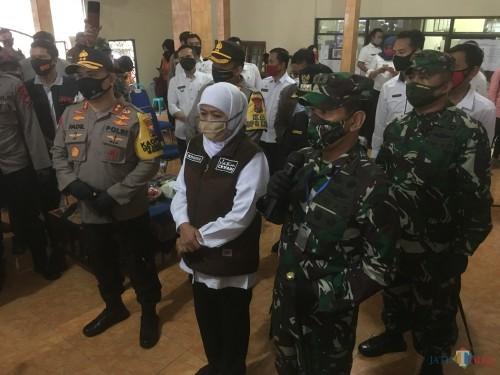 Gubernur Jawa Timur, Khofifah Indar Parawansa (kerudung putih) saat ditemui awak media disela agenda kunjungan Kampung Tangguh di Kabupaten Malang (Foto : Ashaq Lupito / MalangTIMES)