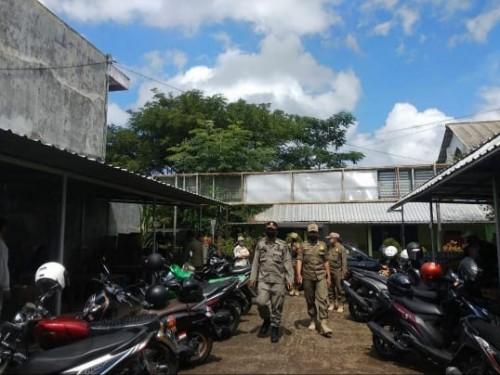 Petugas operasi gabungan PSBB saat menertibkan salah satu kafe di kawasan Kecamatan Lowokwaru, Kota Malang, Rabu (27/5). (Foto: instagram @satpolpp_malangkota).