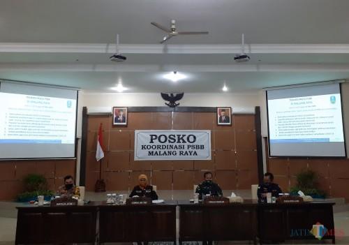 Suasana rakor evaluasi PSBB di Malang Raya oleh Gubernur Jatim Khofifah Indar Parawansa bersama Tiga Kepala Daerah di Kantor Bakorwil III Malang, Rabu malam (27/5). (Arifina Cahyanti Firdausi/MalangTIMES).