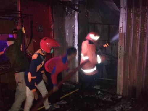 Petugas saat melakukan pemadaman di Jalan Diponegoro, Kelurahan Sisir, Kecamatan Batu, Kamis (28/5/2020). (Foto: istimewa)