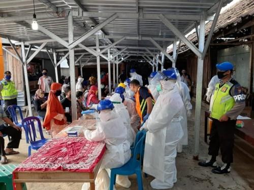 Rapid test pada ratusan pedagang di Pasar Jogorogo, Ngawi, Kamis (28/05/2020). (Foto: Istimewa)