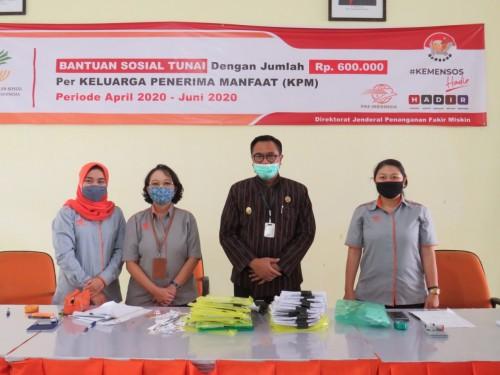 Wakil Wali Kota Malang Sofyan Edi Jarwoko (tengah) saat meninjau penyaluran bantuan di Kantor Pos Malang (Humas Pemkot Malang).