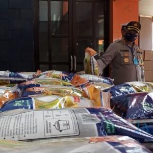 608 Paket Sembako Kemenparekraf dan 10 Ton Beras Dari Kapolri Didistribusikan di Tulungagung