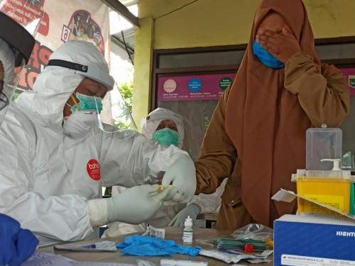 Petugas Dinas Kesehatan Kota Batu saat mengambil contoh darah dari pedagang di Pasar Besar Kota Batu. (Foto: istimewa)