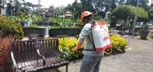 Alun-Alun Merdeka salah satu taman yang tutup saat tengah disemprot petugas dengan disinfektan (doc MalangTIMES)