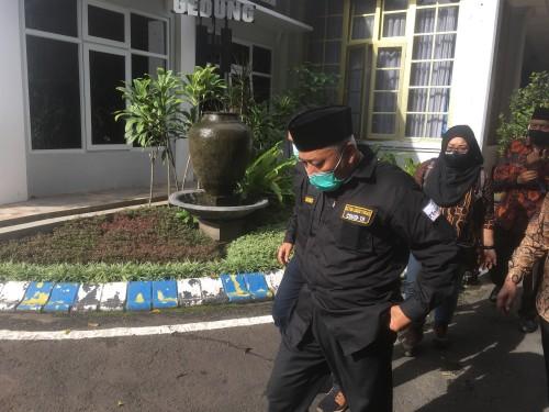 Bupati Malang, HM Sanusi (pakai peci) saat menjelaskan soal konsep kampung tangguh yang bakal menggantikan fungsi dari posko check point (Foto: Ashaq Lupito/ MalangTIMES)