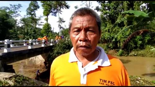Kepala Seksi Kedaruratan BPBD Kabupaten Malang Leonard Agus saat menjelaskan penanganan pasca-banjir kepada awak media di sekitar Sungai Tamban, Minggu (31/5/2020).